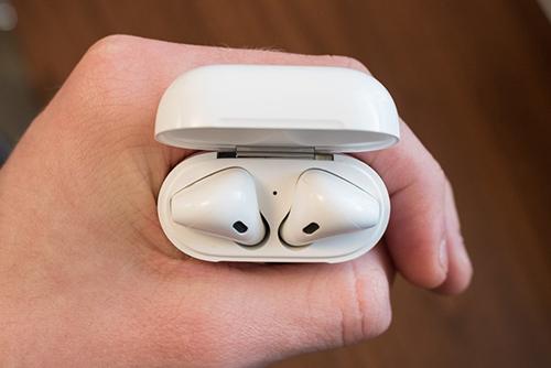 Những tai nghe không dây như AirPods có thể gây ung thư. Ảnh: Phonearena.