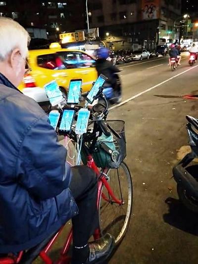 Hình ảnh ông chú Pokemon với chiếc xe đạp gắn 11 smartphone đã gây nhiều sự chú ý năm ngoái.
