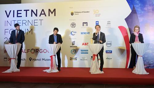 Từ phải sang trái: BàCaitlin Wiesen - đại diện UNDP, ông Pereric Hogberg - Đại sứ Thụy Điển, ông Vũ Thế Bình - Tổng thư ký VIA và ông Micheal Croft, UNESCO