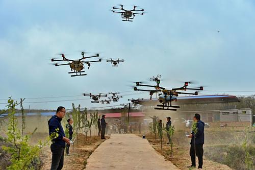 Nhu cầu về phi công lái drone đang tăng mạnh ở vùng nông thôn Trung Quốc. Ảnh Xinhua