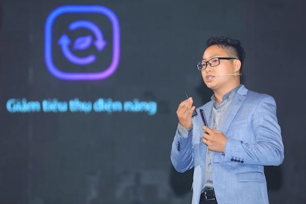 Ông Võ Bá Luýt - Giám đốc Sản phẩm Oppo Việt Nam trình bày về thông số, cấu hình của hai thiết bị.