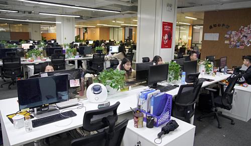 Nhân viên kiểm duyệt nội dung đang làm việc trong văn phòng của Inke ở Hồ Nam. Ảnh SCMP