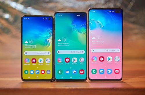 Chi phí sửa chữa màn hình Galaxy S10+ (ngoài cùng bên trái) cao nhất trong bộ ba Galaxy S110. Ảnh: Cnet.