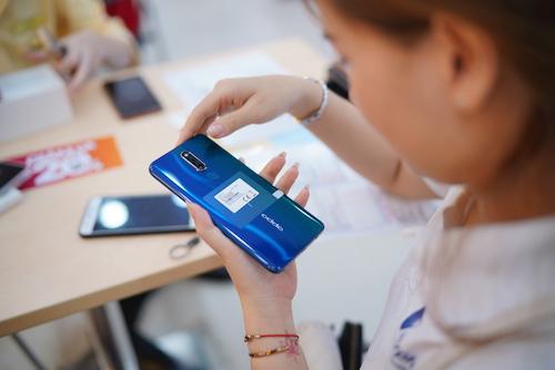 Nhiều người dùng chọn mua thiết bị bởi vẻ ngoài bóng bẩy, mặt lưng chuyển sắc độc đáo trên hai phiên bản đen thiên thạch và xanh thiên hà.