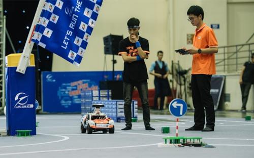 Một đội đang thi đấu tại vòng bán kết Cuộc đua số ngày 11/4 tại Hà Nội.