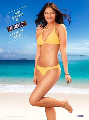 Người mẫu xinh đẹp quảng cáo về món kẹo socola nhưng vẫn có chi tiết khiến người xem thấy sợ. Xem đáp án.