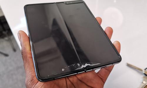 Một chiếc Galaxy Fold bị lỗi do bóc lớp bảo vệ mặc định của Samsung.