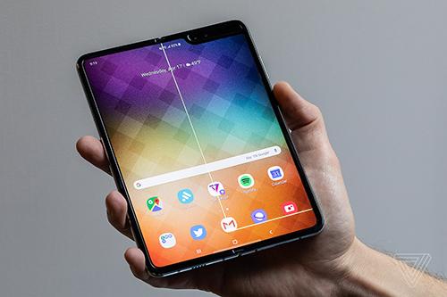 Chiếc Galaxy Fold của Verge có một điểm lồi lên trên màn hình, sau đó khiến nó xuất hiện sọc.