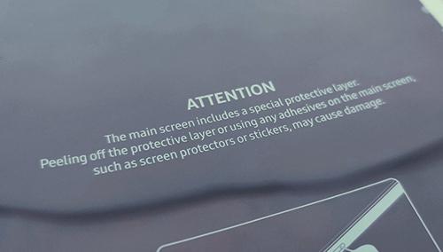 Cảnh báo của Samsung trên lớp bọc màn hình Galaxy Fold. Ảnh: DES.