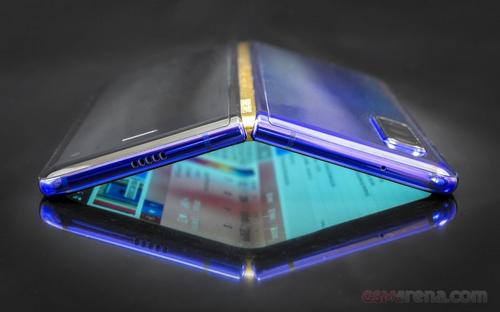 Smartphone gập Galaxy Fold của Samsung. Ảnh: GSMArena.
