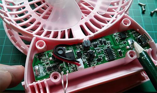 Việc cắt bớt các thành phần bảo vệ trong mạch điện làm tăng nguy cơ cháy nổ trên quạt sạc mini. Ảnh:Julian Ilett