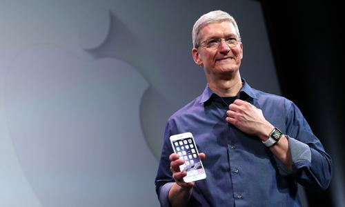 Tim Cook thừa nhận từng dành quá nhiều thời gian cho iPhone. Ảnh: Time.