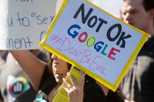 Một biểu ngữ phản đối Google. Ảnh: BI.