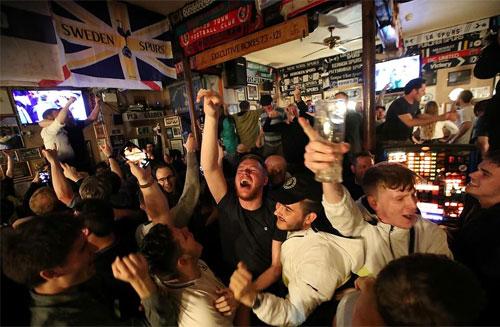 Người hâm mộ Tottenham ăn mừng trong một quán rượu tại London (Anh). Ảnh: Reuters