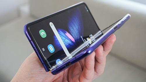 Samsung Galaxy Fold là điện thoại màn hình cảm ứng gập đầu tiên được thương mại hóa trong năm 2019.
