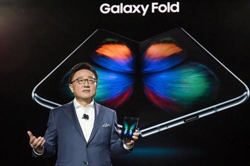 Koh Dong-Jin, Chủ tịch Samsung Mobile, trong buổi ra mắt Galaxy Fold. Ảnh: Yonhap.