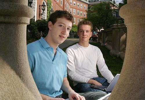 Mark Zuckerberg (bên trái) và Chris Hughes tại Đại học Havard. Ảnh: BI.