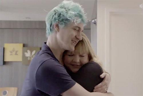 khoảnh khắc gây xúc động khi Tyler Ninja Blevins ôm chặt mẹ trong chương trình của ESPN.