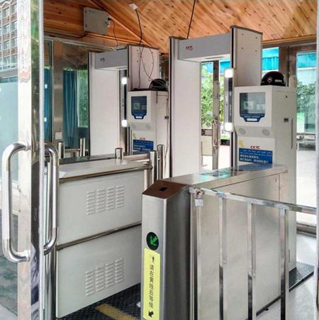 Một cửa kiểm soát an ninh tại Trung Quốc không chỉ quét khuôn mặt mà còn lấy thông tin định danh thiết bị điện tử. Ảnh: SCMP
