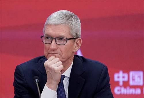 CEO của Apple - TIm Cook trầm ngâm trong một lần ghé thăm Trung Quốc. Ảnh:CNBC