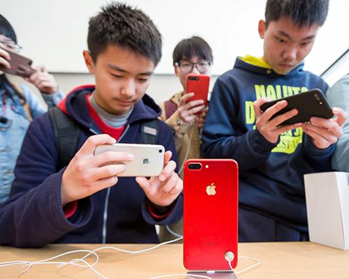 Apple có thể trở thành mục tiêu nếu Trung Quốc trả đũa Mỹ. Ảnh: WSJ