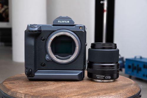 Máy ảnh medium format của Fujifilm có kích thước nhỏ gọn như một máy ảnh mirrorless. Ảnh: The Verge