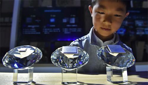 Các chip 5G của Huawei được trưng bàytại triển lãm về dữ liệu lớn ở Quý Dương (Trung Quốc) năm 2019. Ảnh: AP.
