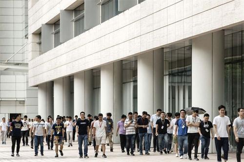 Nhân viên Huawei đang tới nhà ăn ở trụ sở Thâm Quyếntrưa ngày 22/5.