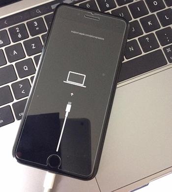 Phần restore trên iOS 13 được Apple minh họa bằng cáp USB-C.