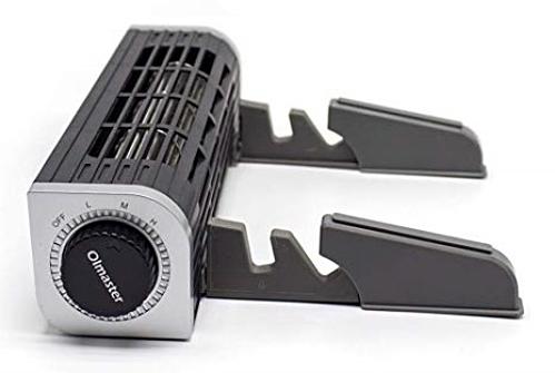 Oimaster là một món phụ kiện tản nhiệt cho laptop vô cùng lạ mắt với thiết kế như một chiếc máy điều hòa mini. Phần trước là chân đế có phần tăng giảm kích thước độ rộng có thể để vừa nhiều loại thiết bị như laptop, máy tính bảng, điện thoại. Oimaster có núm vặn giúp bạn tùychỉnh đượcmức nhiệt độ. Hiện sản phẩm đang có giá bán 1.150.000 VNĐ