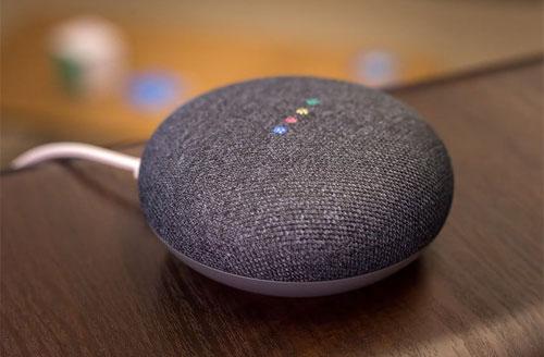 Google Home Mini có kích thước nhỏ gọn, giá rẻ và đã hỗ trợ tiếng Việt.