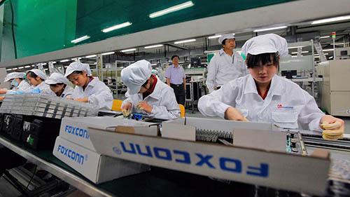 Foxconn hứasản xuất đầy đủ iPhone cho Apple. Ảnh: FT.