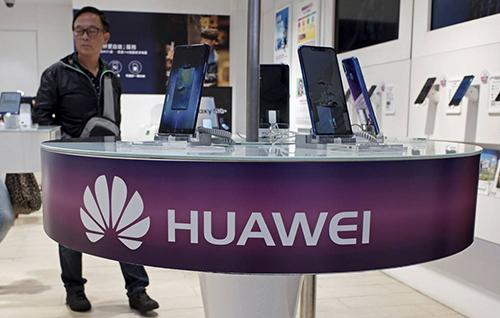 Bị Google ngừng hợp tác Android khiến smartphone Huawei trở nên khó bán tại nhiều thị trường. Ảnh: AP.