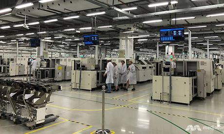 Bên trong nhà máy của Huawei tại Đông Quan (Trung Quốc).