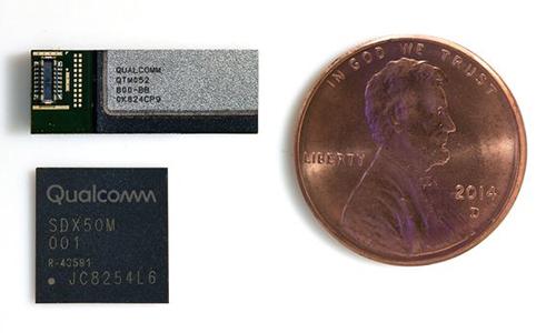 Modem 5G Qualcomm X50 (dưới), anten đặt cạnh một đồng xu.