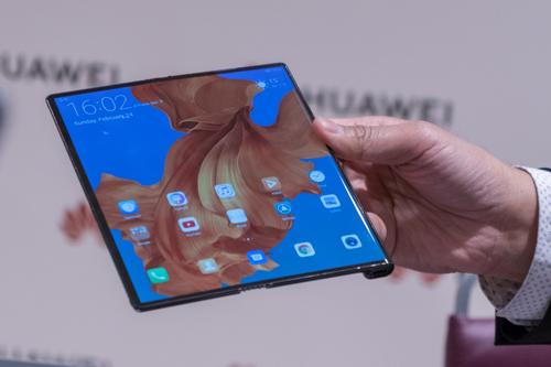 Huawei Mate X dự định phát hành trong tháng 6 nhưng hoãn sang tháng 9. Ảnh: Đình Nam