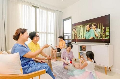 Kích cỡ lớn và độ phân giải cao của QLED TV cho phép não bộ nghỉ ngơi, tận hưởng nhiều hơn khi xem các chương trình TV.