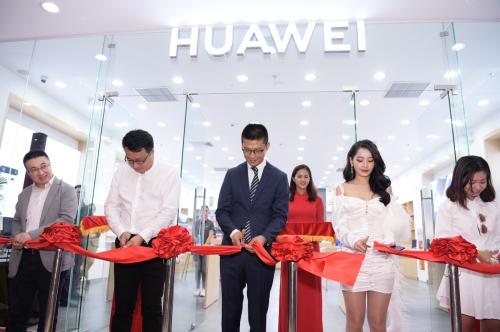 Đại diện Huawei Việt Nam cùng ca sĩ khách mời cắt băng khai trương cửa hàng trải nghiệm mới.