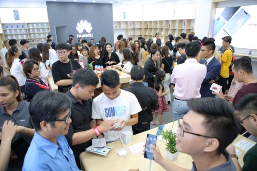 Đông đảo người hâm mộ tại cửa hàng trải nghiệm mới của Huawei tại Vincom Mega Mall Thảo Điền.