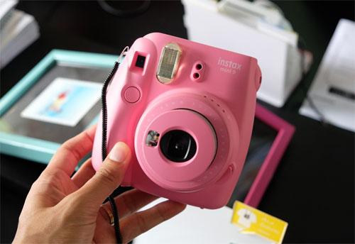 Máy chụp ảnh lấy ngay được ưa chuộng nhờ giá bán rẻ, nhiều màu sắc, thiết kế lạ mắt. Ảnh: Tuấn Hưng