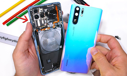 P30 Pro là điện thoại cao cấp nhất hiện nay của Huawei. Ảnh: JerryRigEverything
