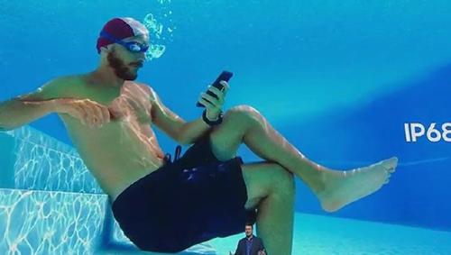 Một quảng cáo của Samsung trong đó điện thoại được dùng dưới bể bơi.