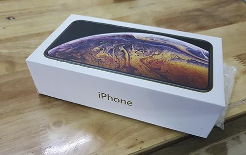 iPhone 11 nhái được đựng trong vỏ hộp bằng giấy, bên ngoài có hình ảnh của iPhone XS Max.
