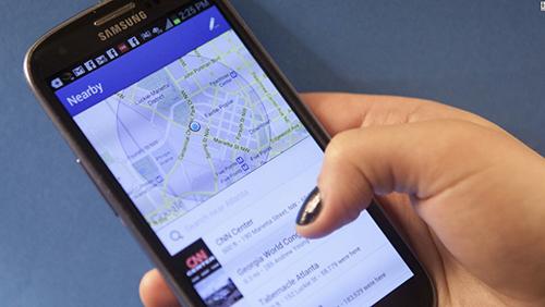 Vị trí là thứ được khuyên không nên chia sẻ lên Facebook. Ảnh: CNN.