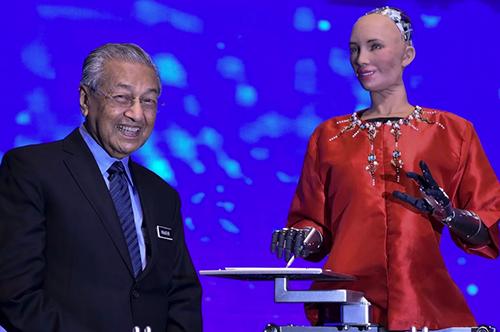 Thủ tướng Malaysia Mahathir Mohamad (bên trái) và robot Sophia (bên phải). Ảnh: The Star.