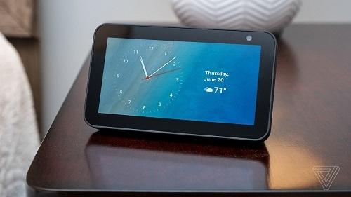 Echo Show 5 cho phép người dùng thiết lập màn hình chờ thành đồng hồ hoặc khung ảnh. Ảnh: The Verge.