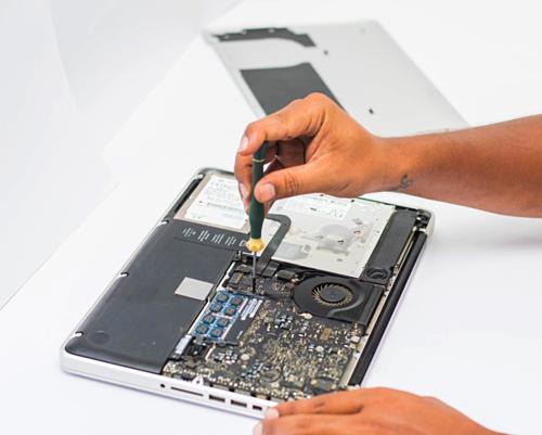 MacBook và iPad là những dòng máy được bảo hành toàn cầu vì thế ở Việt Nam trước kia, máy xách tay cũng có chế độ bảo hành như hàng phân phối chính hãng.