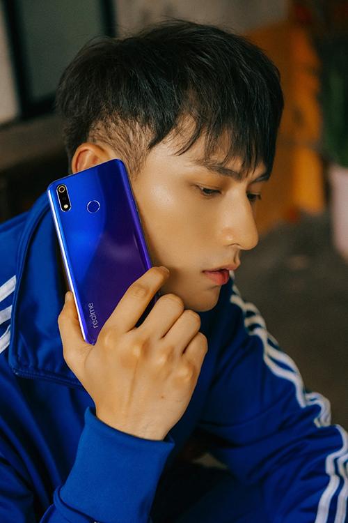 Ca sĩIsaac là đại sứ thương hiệu của Realme tại Việt Nam.