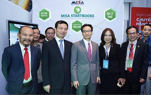 Phó thủ tướng Vũ Đức Đam và Bộ trưởng Bộ TT&TT Nguyễn Mạnh Hùng chúc mừng MISA tiên phong phát triển nền tảng kế toán và quản trị doanh nghiệp tại Vietnam ICT Summit 2019.