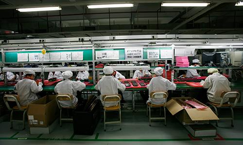 Công nhân Foxconn bên trong một nhà máy lắp ráp thiết bị điện tử ở tỉnh Quảng Đông (Trung Quốc). Ảnh: Reuters.